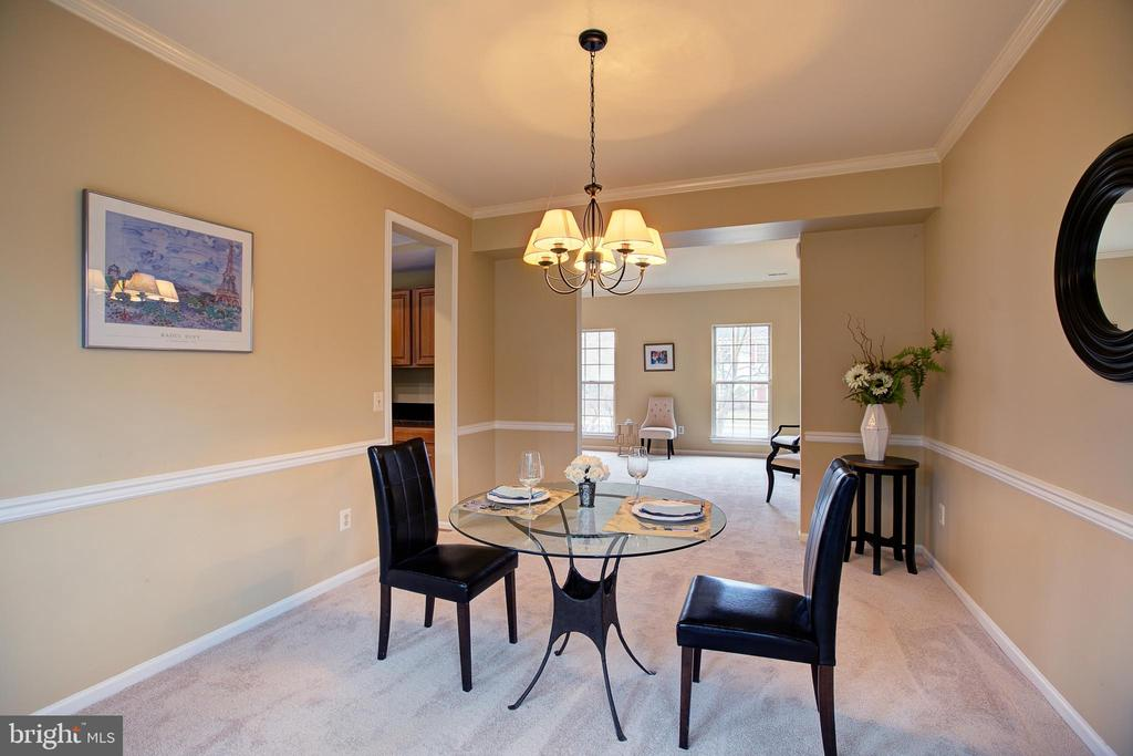 Note Chair rail & crown molding - 12311 CLIVEDEN ST, HERNDON