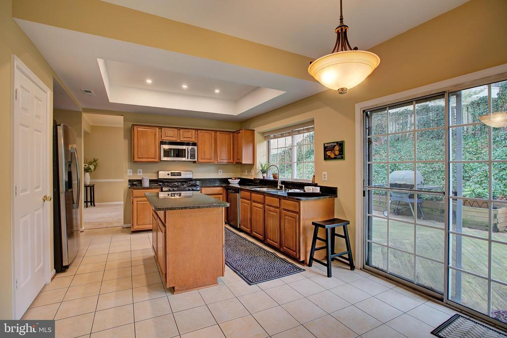Large kitchen with eating area & SGD to deck - 12311 CLIVEDEN ST, HERNDON