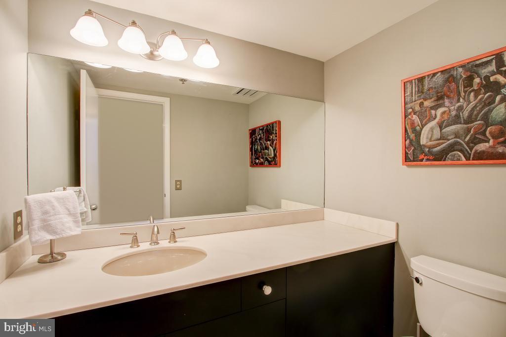 Powder Room - Entry/Foyer level - 1401 N OAK ST N #305, ARLINGTON