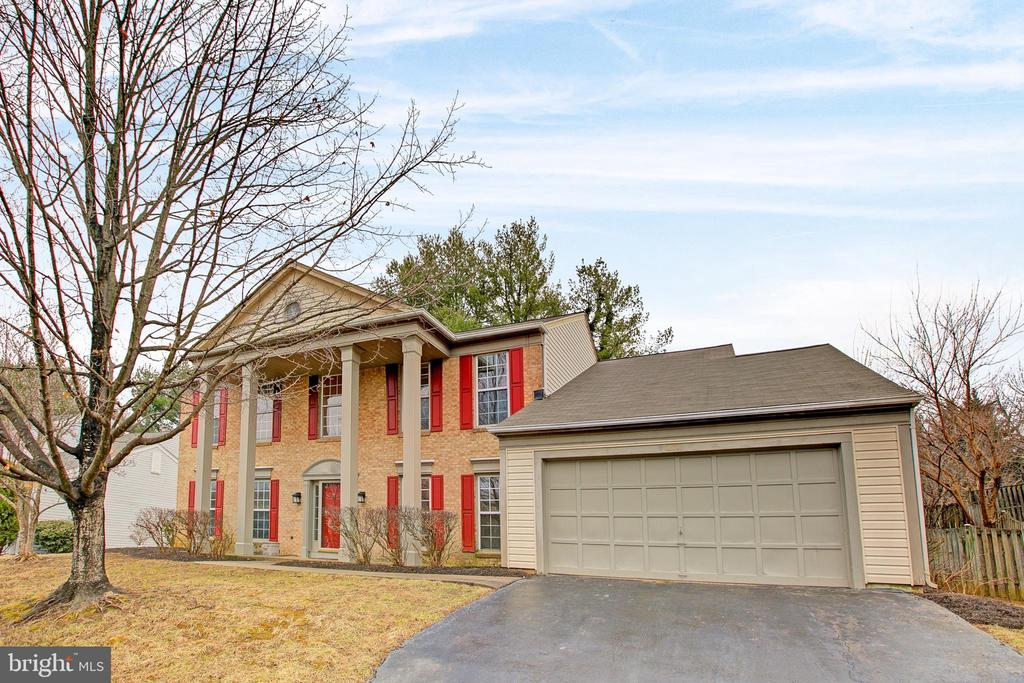 Over 3000 sq ft. Great location and ready for you - 12311 CLIVEDEN ST, HERNDON