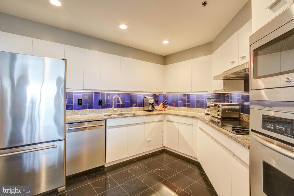 Kitchen - Stainless Steel Appliances - 1401 N OAK ST N #305, ARLINGTON