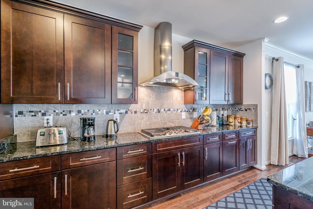 Beautiful Custom Cabinetry!  Overhead Exhaust! - 42660 PARADISE SPRING CT, BRAMBLETON