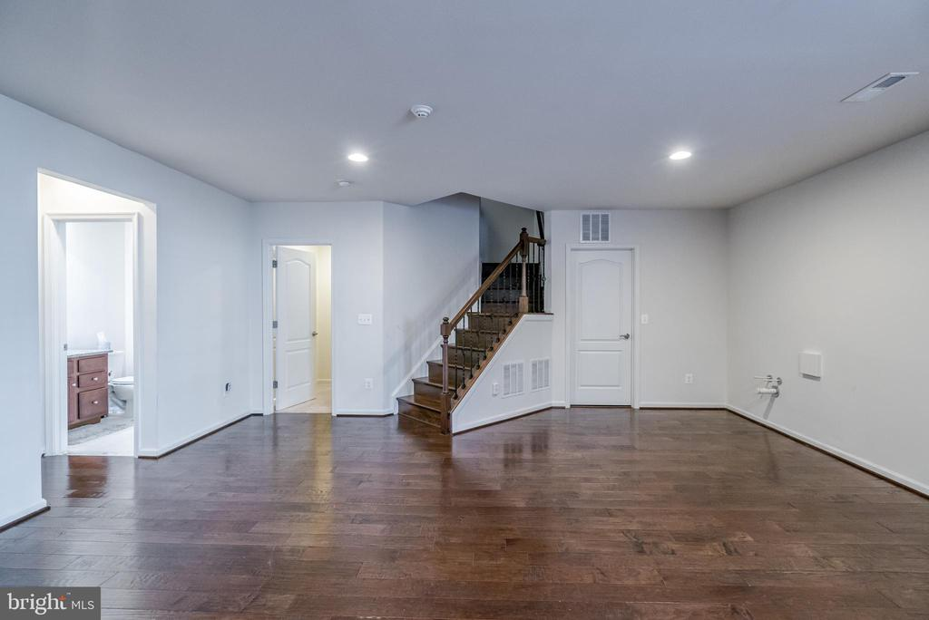 Sparkling Hardwood Extends to Lower Walkout Level! - 42660 PARADISE SPRING CT, BRAMBLETON