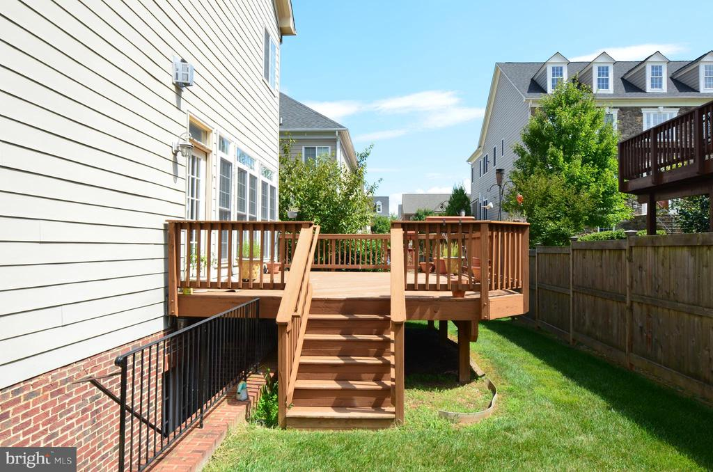 Deck with stairs - 10339 SOUTHAM LN, OAKTON