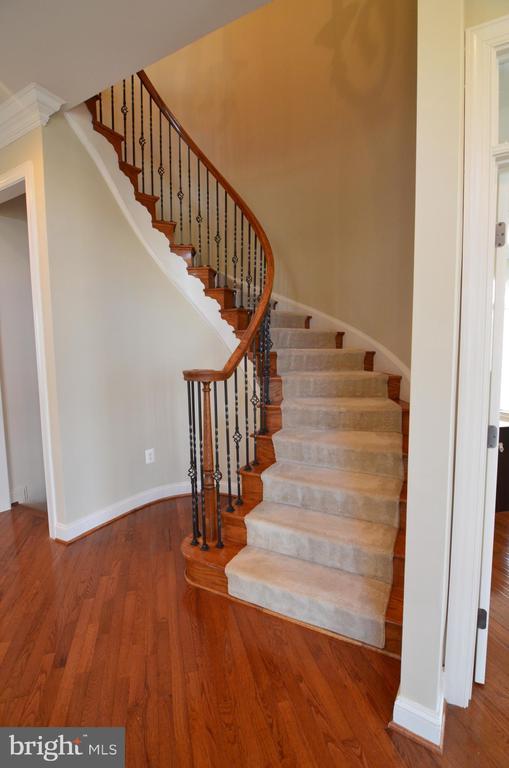 Curved Staircase - 10339 SOUTHAM LN, OAKTON