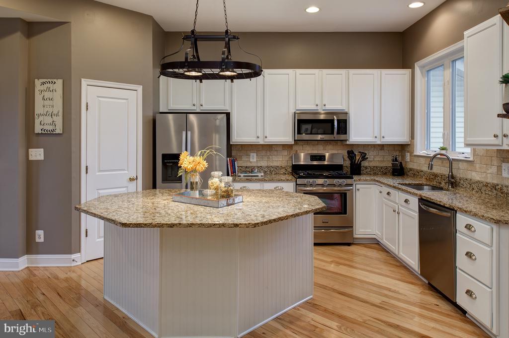 Gourmet kitchen - 6717 ECKERT CT, WARRENTON