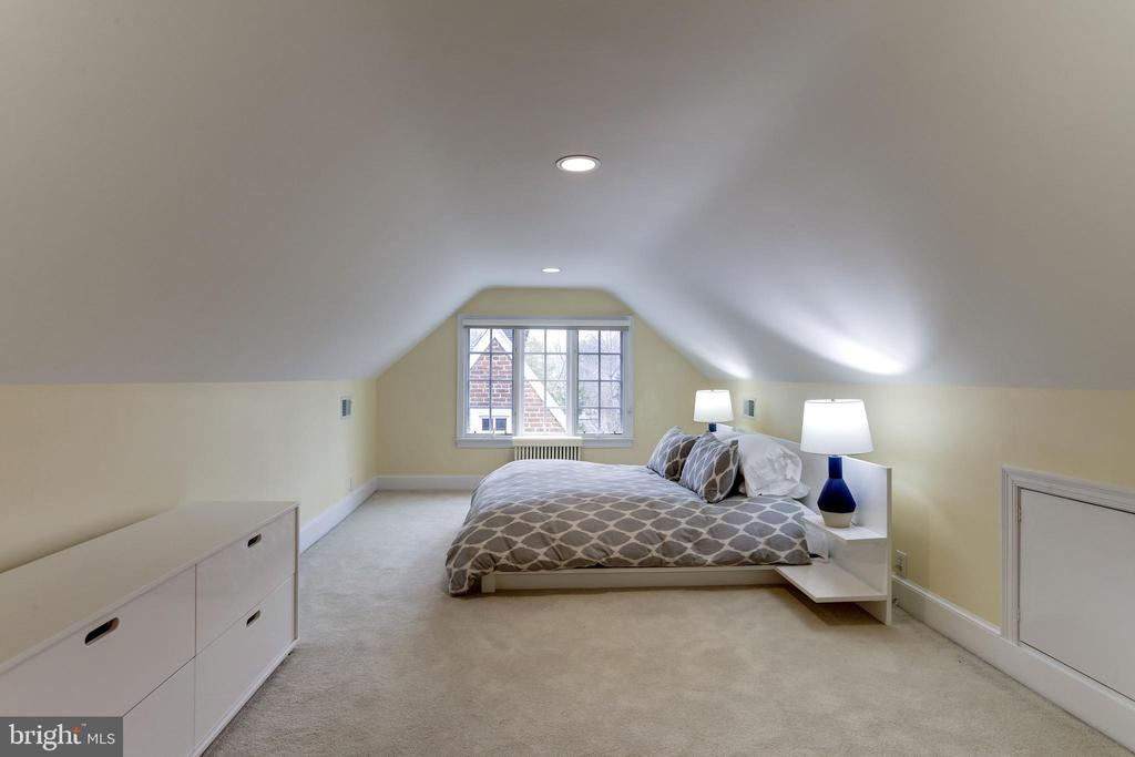 Top Floor Bedroom/Loft - 2958 NORTHAMPTON ST NW, WASHINGTON