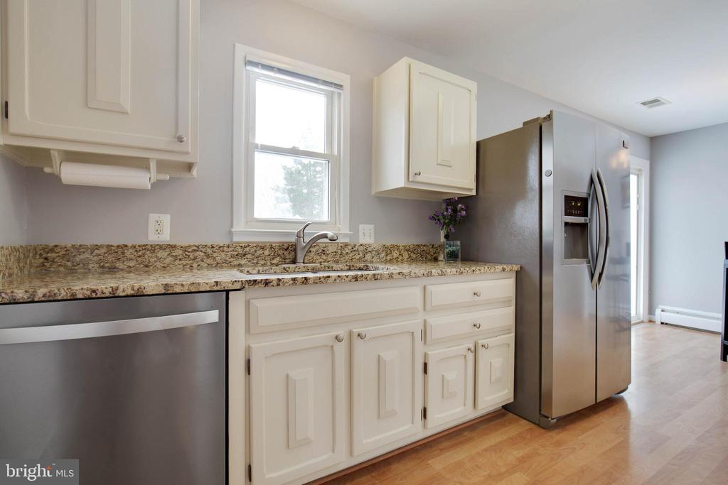 Bright updated kitchen - 15223 CRESCENT ST, WOODBRIDGE