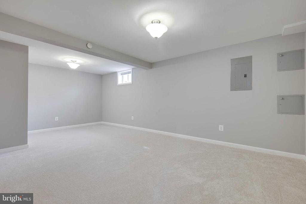 Large (NTC) 4th bedroom on lower level - 15223 CRESCENT ST, WOODBRIDGE