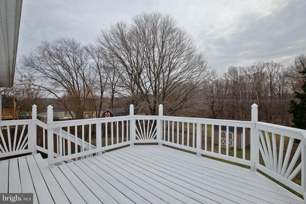 Large deck off the kitchen with private views - 15223 CRESCENT ST, WOODBRIDGE