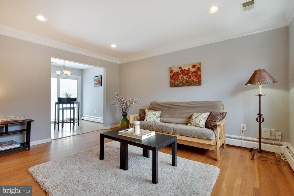 Inviting living room as you enter the home - 15223 CRESCENT ST, WOODBRIDGE