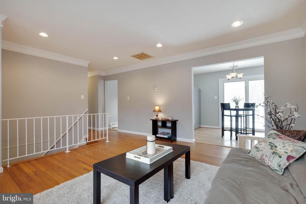 Beautiful hardwood floors throughout main level - 15223 CRESCENT ST, WOODBRIDGE