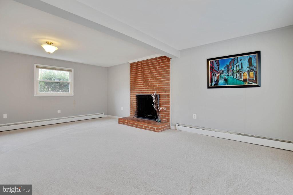 Brand new carpeting throughout lower level - 15223 CRESCENT ST, WOODBRIDGE