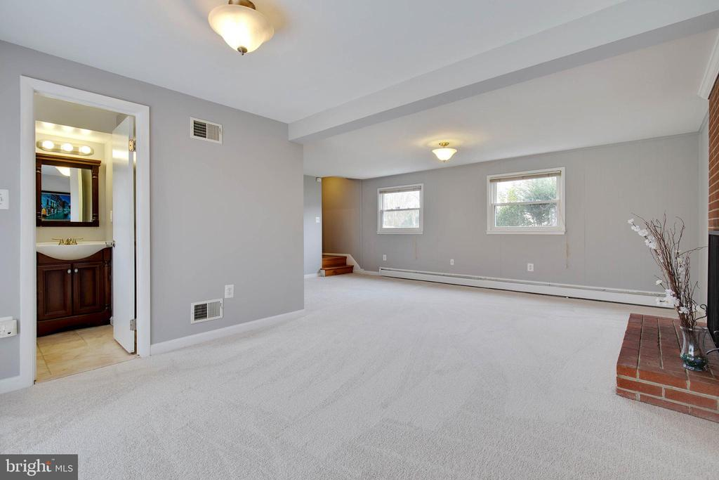Spacious family room - 15223 CRESCENT ST, WOODBRIDGE