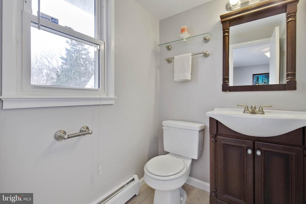 Bathroom on lower level - 15223 CRESCENT ST, WOODBRIDGE