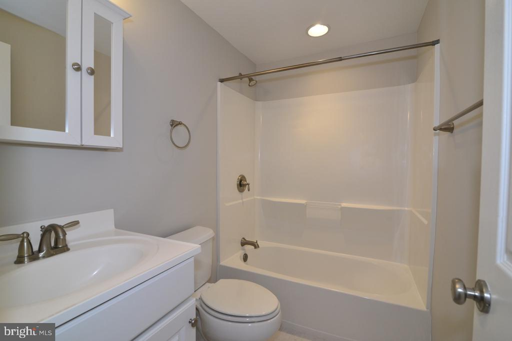 Upper Bath - 2068 WHISPERWOOD GLEN LN, RESTON