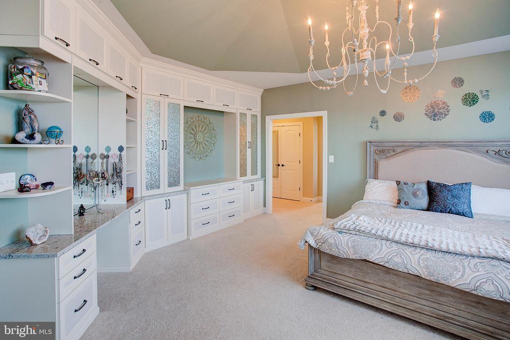 Built ins in master suite - 18607 MONTAGUE PL, PURCELLVILLE