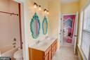 Jack and Jill full bath on upper level - 18607 MONTAGUE PL, PURCELLVILLE