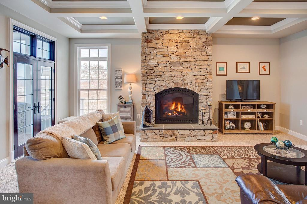 Cozy family room steps out to screened porch - 18607 MONTAGUE PL, PURCELLVILLE