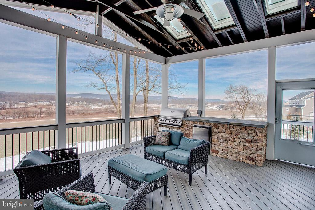 Screened porch has built in grill - 18607 MONTAGUE PL, PURCELLVILLE