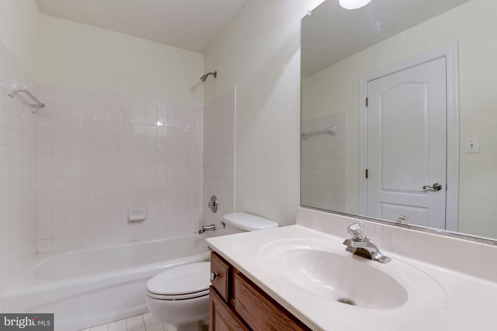 Upper level full bath with tub/shower. - 18421 GREEN ISLAND TER, LEESBURG