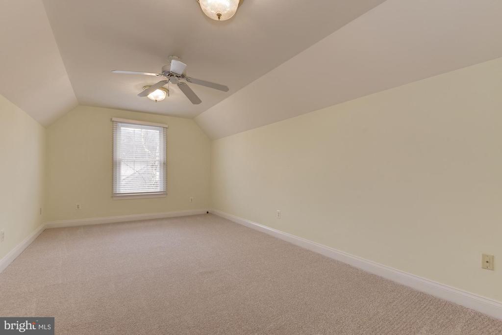 UL Bedroom #4 is enormous w/ ceiling fan & closet. - 18421 GREEN ISLAND TER, LEESBURG