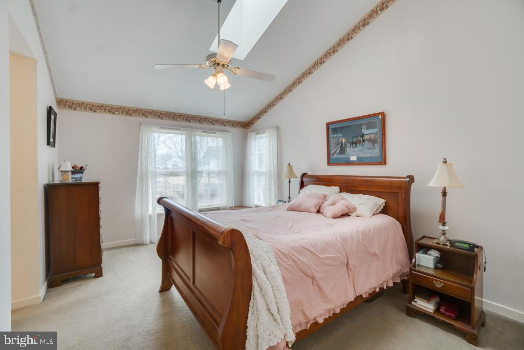 Master bedroom w/vaulted ceiling/skylight - 3 BRYANT BLVD, STAFFORD