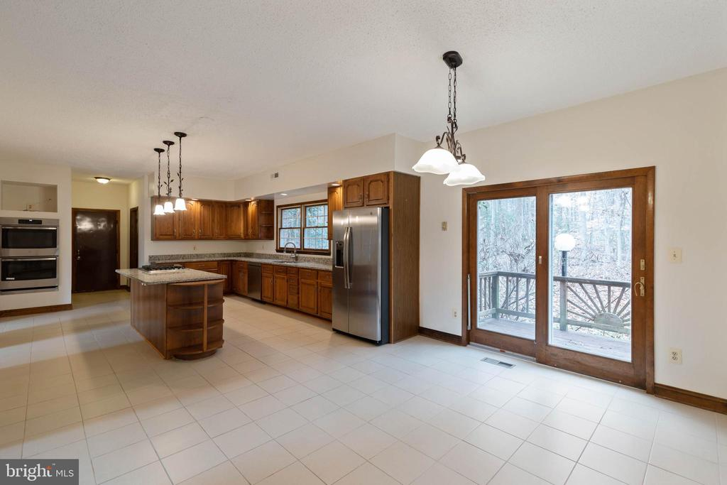 Entertain a huge  crowd in this Gourmet Kitchen - 13459 FOWKE LN, WOODBRIDGE