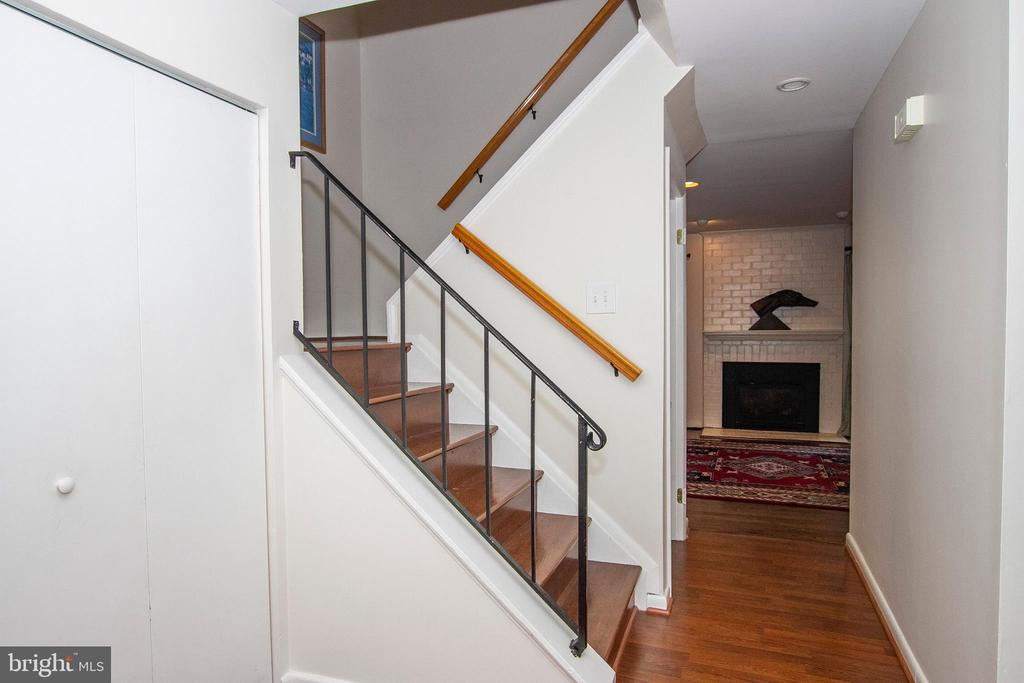 ENTRY HALL W/RIBBON WINDOW*FRONT DOOR W/ INSERT - 10263 WILDE LAKE TER, COLUMBIA