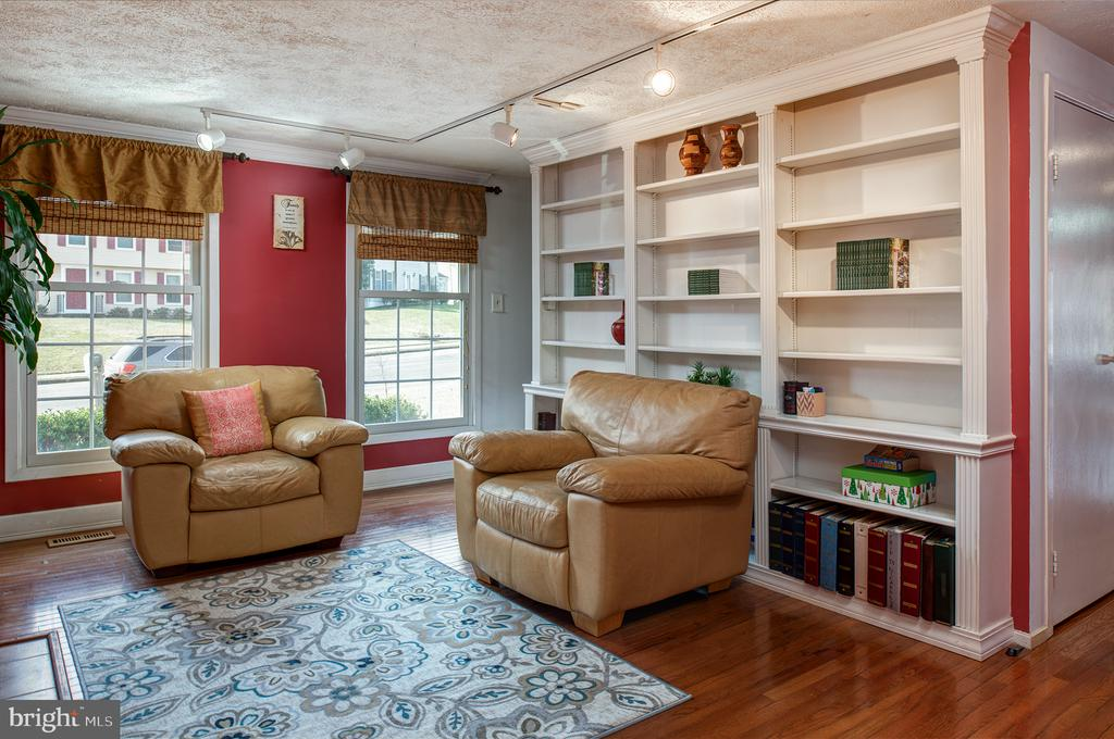 A cozy Library to study in front of a fire - 3295 BLUE HERON DR, FALLS CHURCH