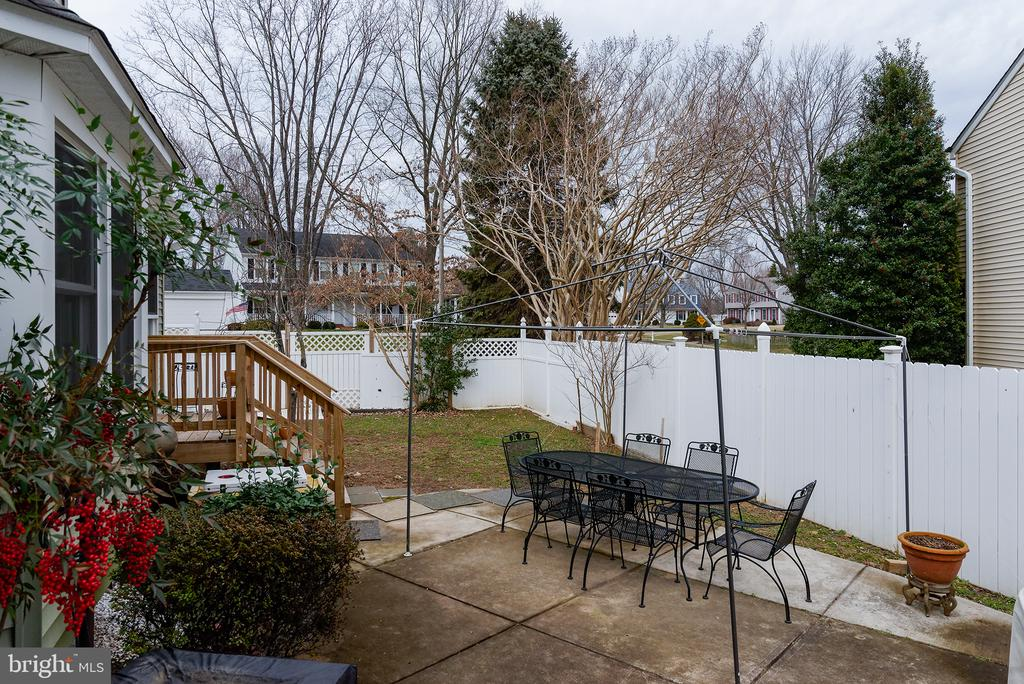 A private & secluded patio - 3295 BLUE HERON DR, FALLS CHURCH