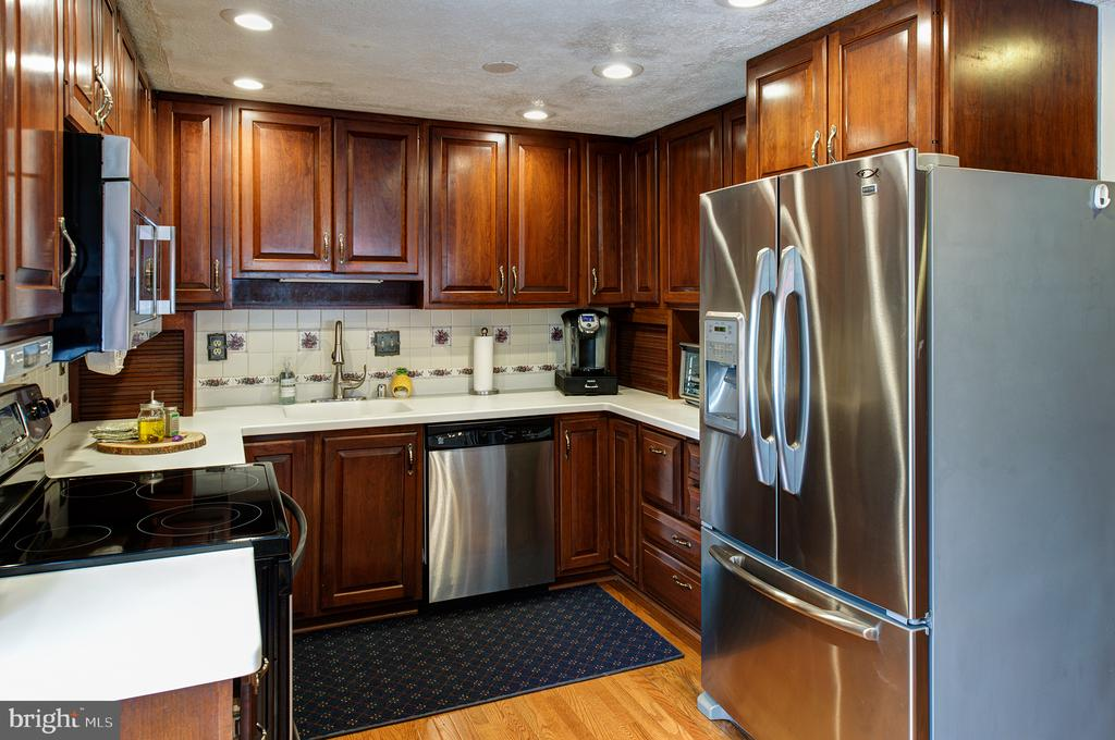 Nice recessed lighting in space saver kitchen - 3295 BLUE HERON DR, FALLS CHURCH