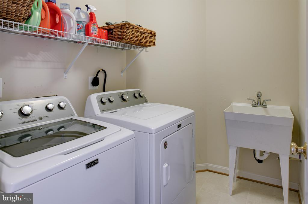 Convenient upper level laundry room - 6717 ECKERT CT, WARRENTON