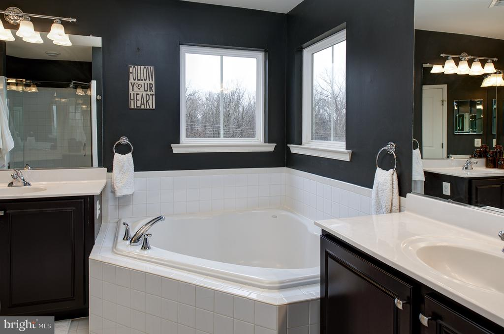 Master bath with soaking tub - 6717 ECKERT CT, WARRENTON
