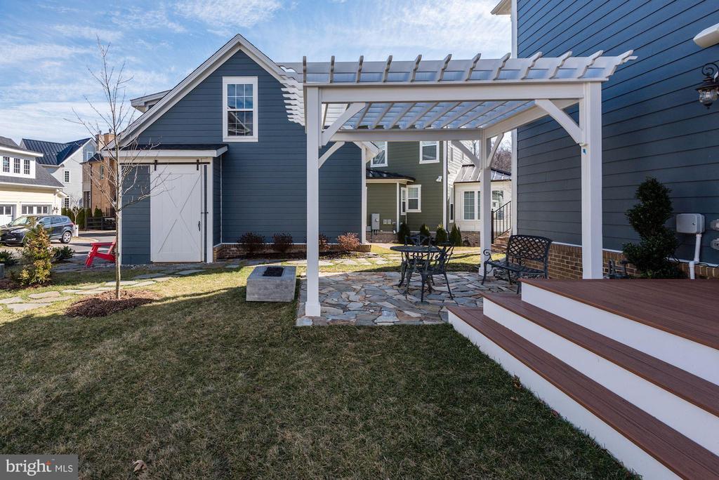 Back yard with patio and pergola - 1307 N GEORGE MASON DR, ARLINGTON