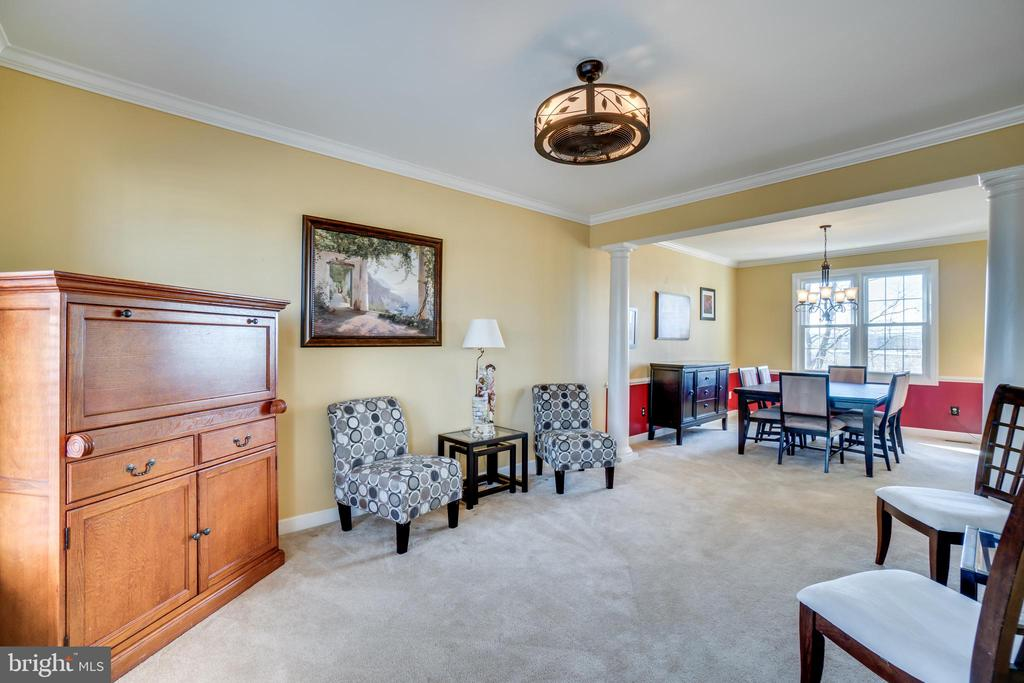 Elegant living room leads to lovely dining room - 42922 PALLISER CT, LEESBURG