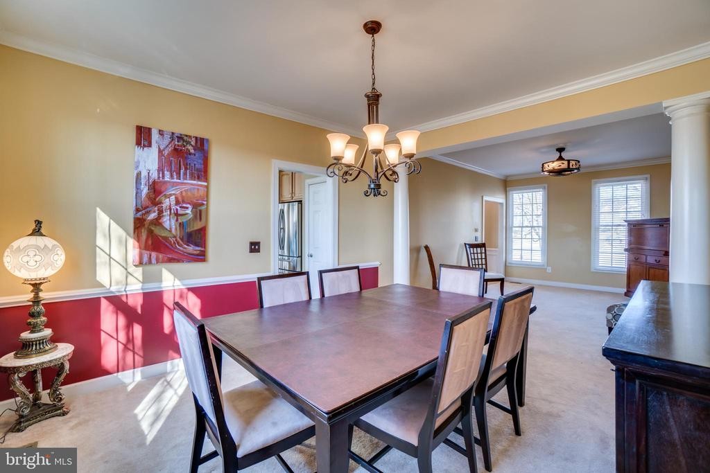 Crown molding, chair rail, updated chandelier - 42922 PALLISER CT, LEESBURG
