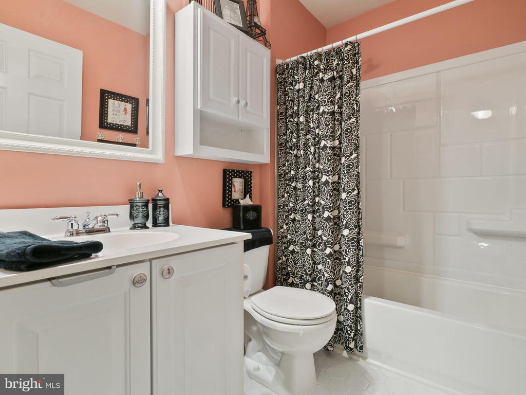 Hall Bathroom - 5629 EPPES ISLAND PL, MANASSAS
