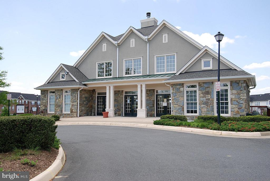 Potomac Station clubhouse - 42922 PALLISER CT, LEESBURG