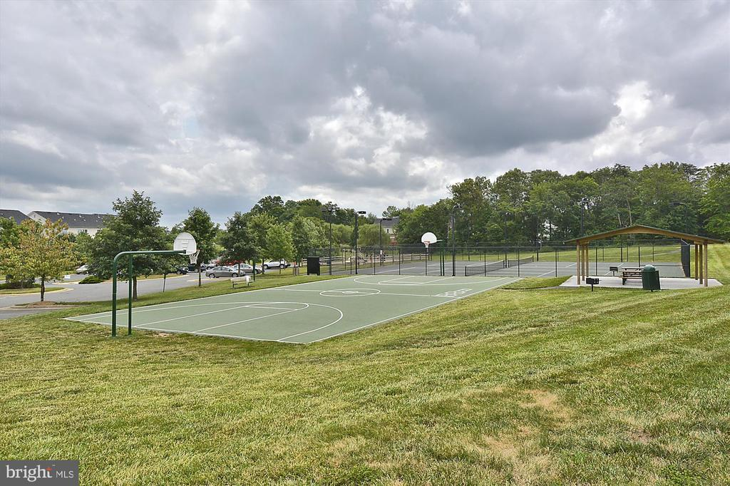 Neighborhood basketball and tennis courts - 42922 PALLISER CT, LEESBURG