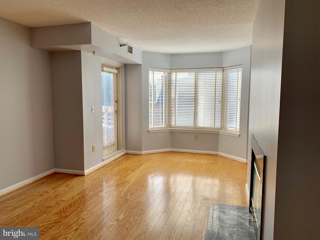 Gleaming Hardwood Flooring - Open Floor Plan - 22 COURTHOUSE SQ #407, ROCKVILLE