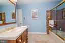 Hall bath with access to Bedroom 2 - 5916 HALLOWING DR, LORTON