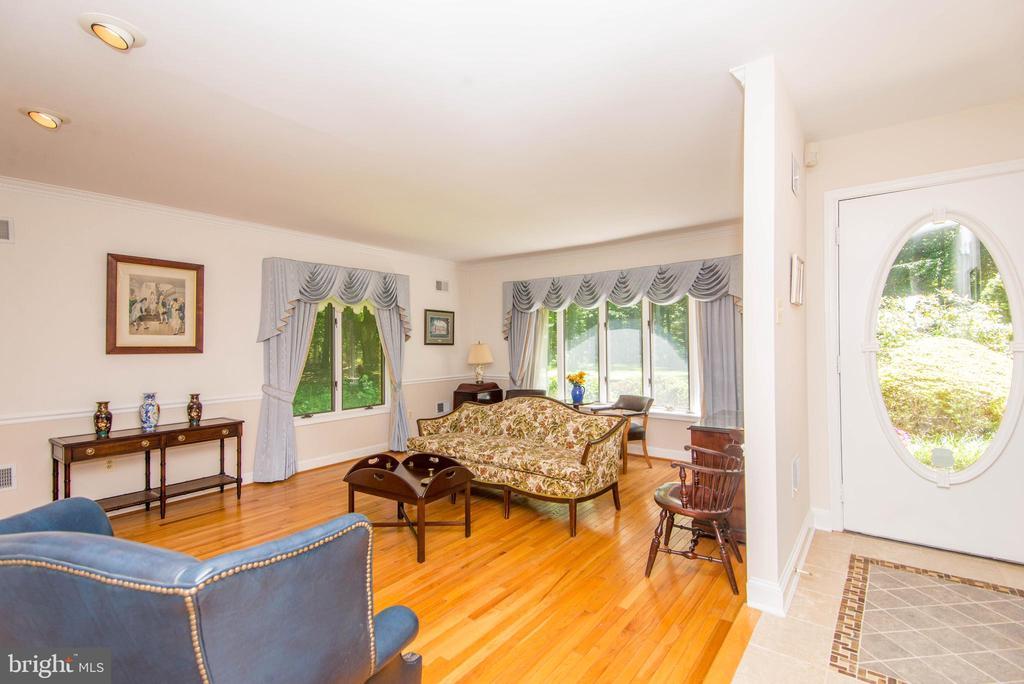 Formal Living Room - 5916 HALLOWING DR, LORTON