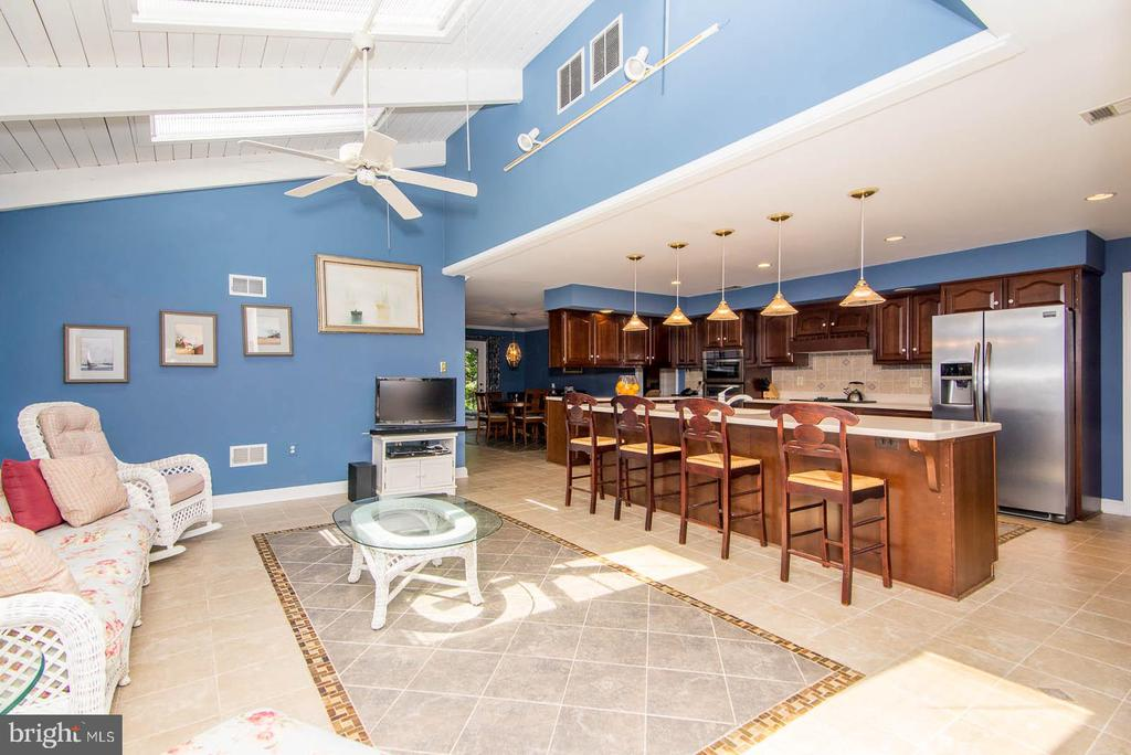 Space to gather around or  cook - 5916 HALLOWING DR, LORTON
