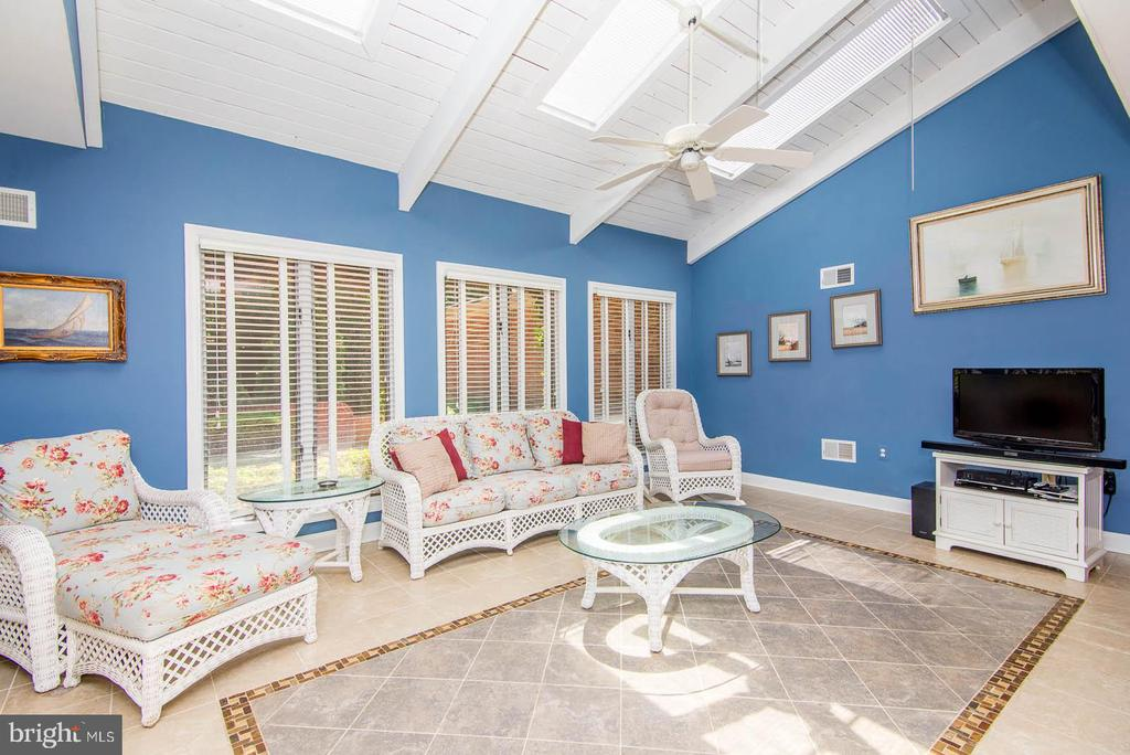 Bright, Airy & Open Family room to relax in - 5916 HALLOWING DR, LORTON