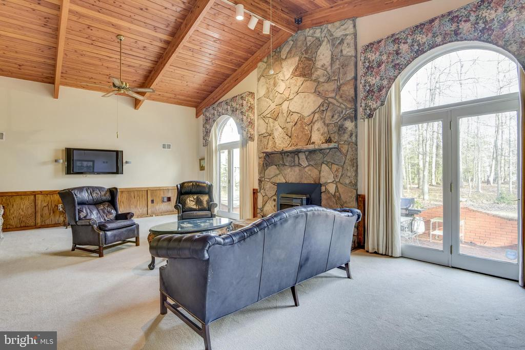 Looking for lots of natural light? - 5916 HALLOWING DR, LORTON