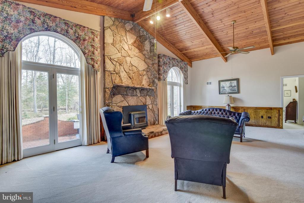 Great room with easy access to back terrace - 5916 HALLOWING DR, LORTON