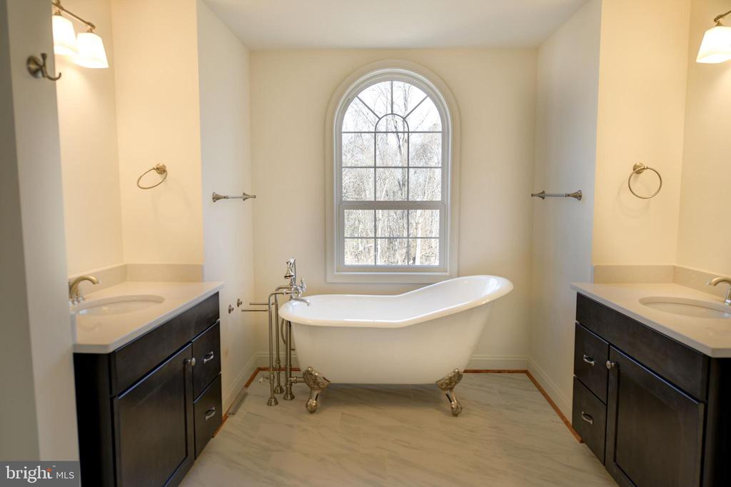 Master bath, you pick flooring - 39163 ALDIE RD, ALDIE