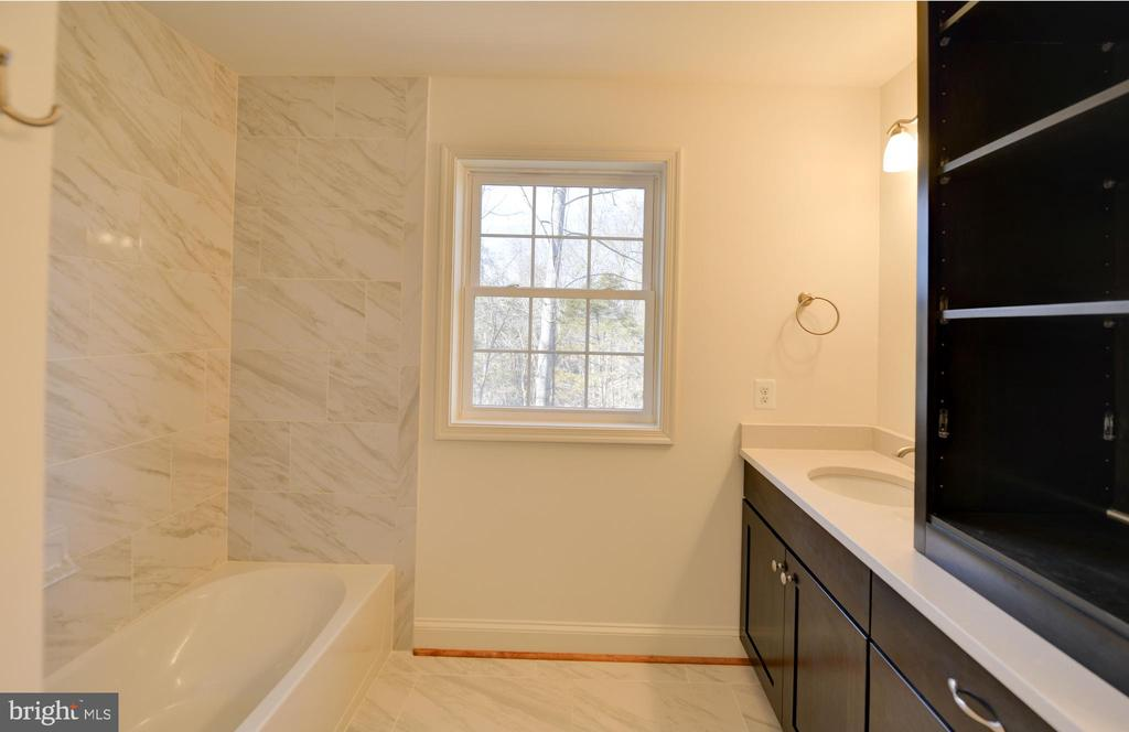 Upper level bath - 39163 ALDIE RD, ALDIE