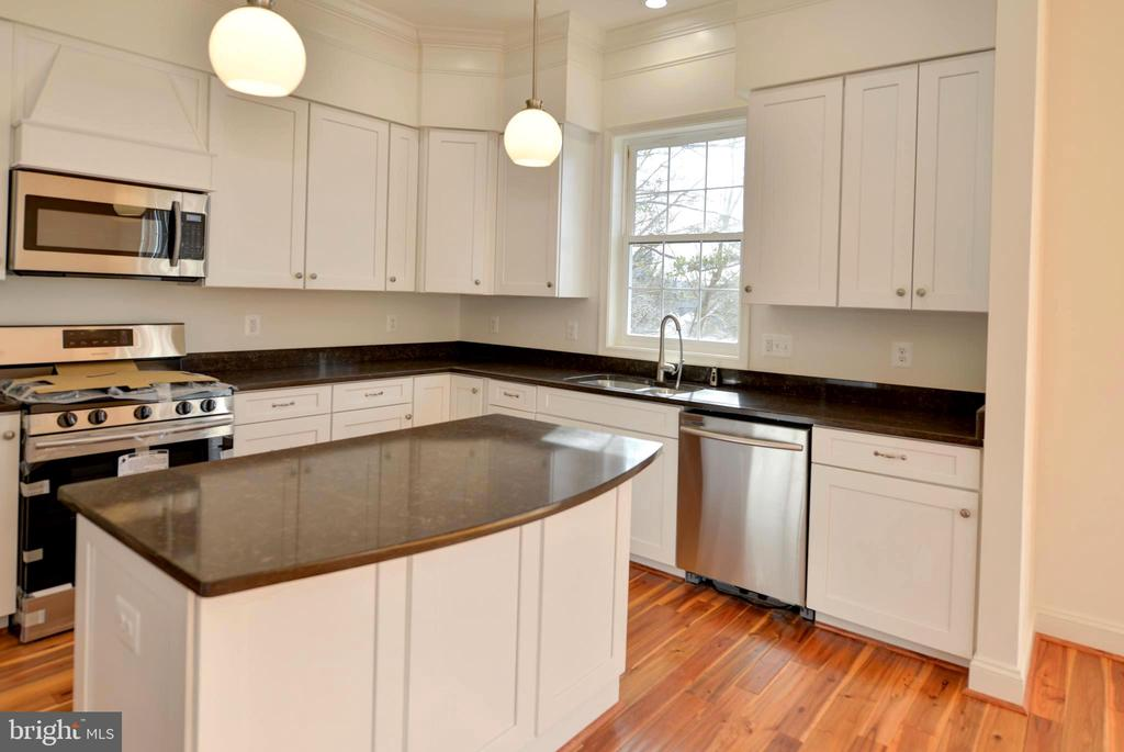 Gas stove, soft close drawers... - 39163 ALDIE RD, ALDIE